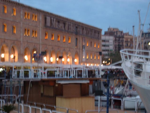 Paseando por el mar en Barcelona